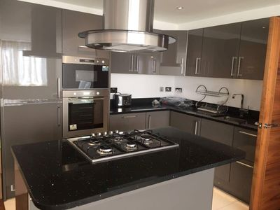 Photo for Luxury 850 sqft 2 bedroom flat Central Croydon-11b
