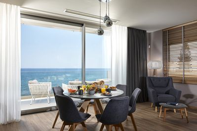 breakfast at the open kitchen area next to the sea