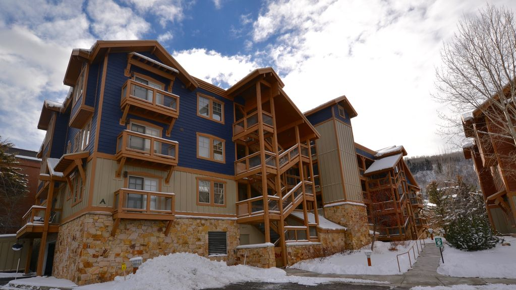 Fabulous condo located very close to Main Street & Town Lift