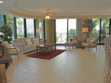 Dog-Friendly, HUGE 2400 sf, sleeps 10 with 3.5 baths, AND ON THE WATER!