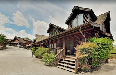 Luxury Cabin, Walk to Dollywood, Golfing, and Shopping, Hot Tub, Family Friendly