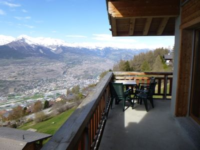 Photo for 4*, 2-bedroom-apartment for 6 people located near the ski slopes.  Bight living room with fireplace,