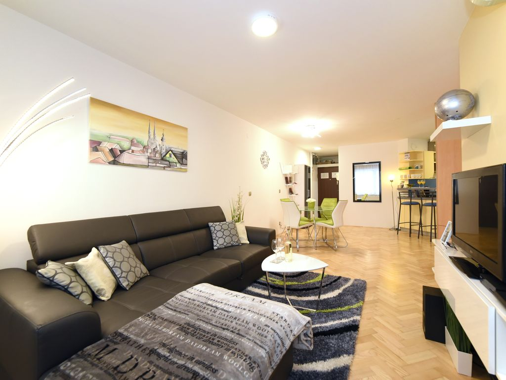 Apartment fernando your home in the centre of zagreb with for Apartments with private garage