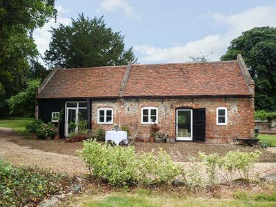 Photo for THE STABLES, family friendly, with pool in Upper Upnor, Ref 919503