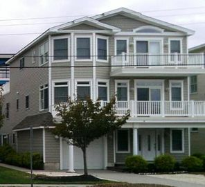 Beach Block, Open floor plan, Great for large famliy, large decks!  Pristine!!!