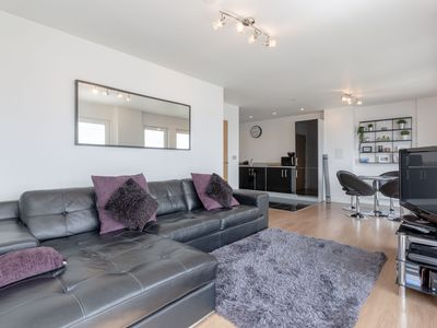 3 Bedroom Dual-Aspect Flat With River Views