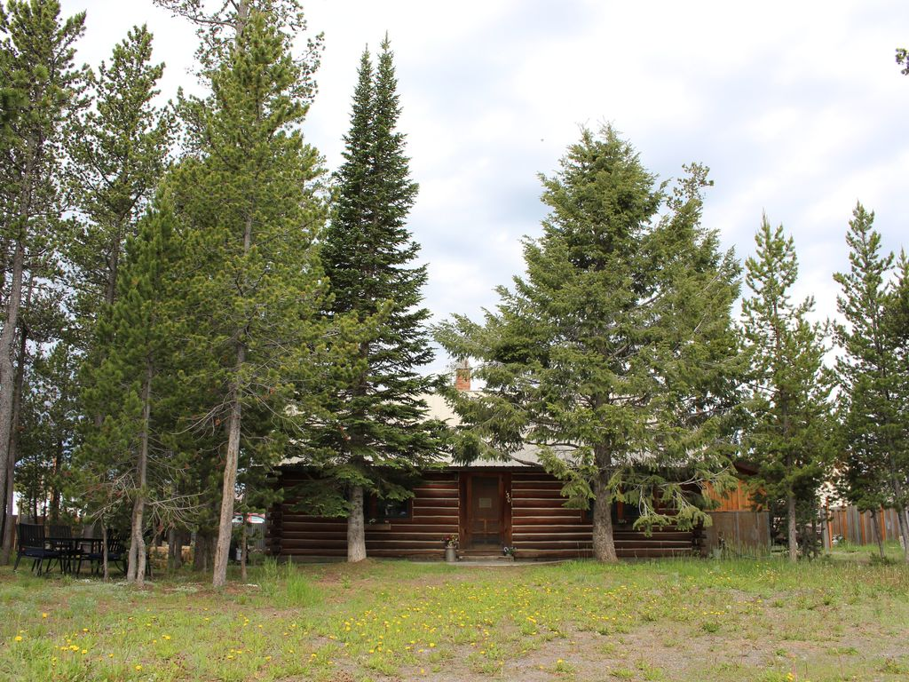 Charming log cabin in trees west yellowstone west for Yellowstone log cabin hotel