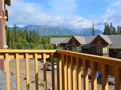 Photo for On-mountain condo with kitchen, access to outdoor pool, hot tubs & BBQ, 5min walk to ski lifts: T431