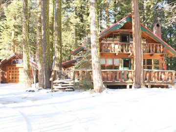 Romantic Log Cabin with Hot Tub & Internet (Dog Friendly)