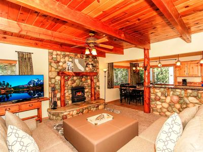 Golden Retreat- Beautiful 4 bedroom 2 bath home With Spa! Walk to The Slopes!
