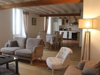 Very comfortable and plenty of space, pretty location, close to Paris, overlooking river.