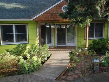 Peaceful Garden Apt. Close to Mt. Tabor Park & Downtown Bus