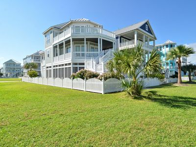 Captain's Retreat: Beachside Village, 3rd row, limited view. FREE activities!