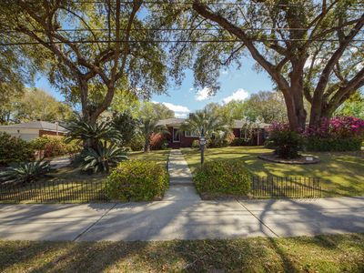 Photo for Cozy and private, 15 min from DTown Charleston and Beaches