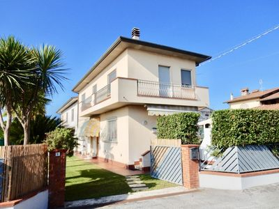 Photo for Lovely semi-detached villa with swimming pool in Versilia, Tuscany, 3 km from the sea.