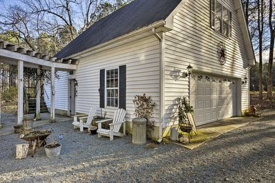 The apartment offers a prime location, 10 minutes from Chapel Hill & UNC campus.