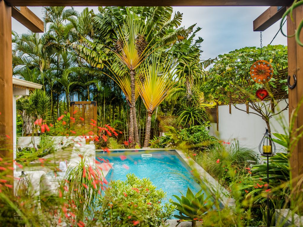 Villa charmante avec piscine privative chauff e dans for Piscine jardin tropical