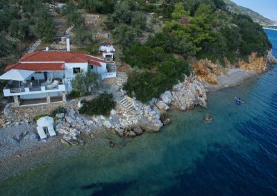 The small private and secluded beach can be reached with the kayak provided