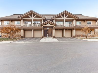 Photo for Mountain condo w/ a full kitchen, fireplace, deck, & gas grill - close to skiing