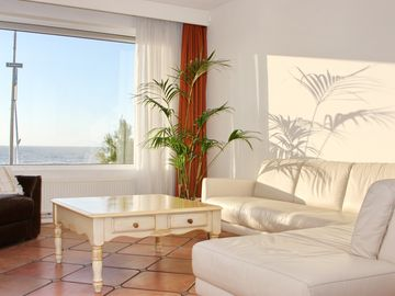 Prime location, sea view from the living room and bedroom, private parking garage and garden