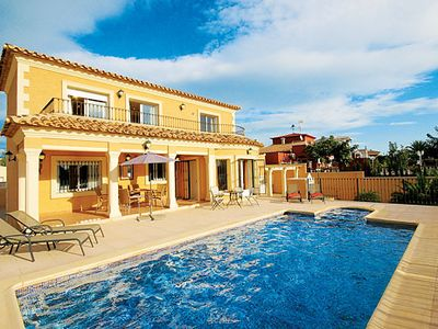 Photo for 4 bedroom villa w/ air con, fully-equipped kitchen + Roman-style pool