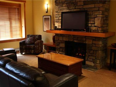 Photo for Luxury 3-level townhome with private hot tub, BBQ, kitchen, free wifi and mountain views: 47-104