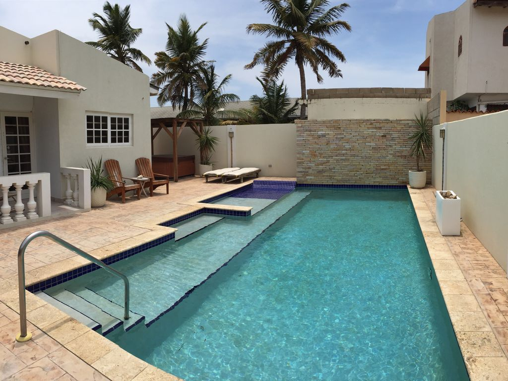 Beautiful Villa in Palm Beach; Walk to the Beach and Amenities