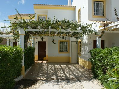 Photo for Spacious villa with terrace, balcony and barbecue. Pool and tennis court.