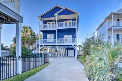Up to 14 guests can enjoy 2,600 square feet just 500 feet from the beach.