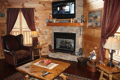 Movie theater room 3 Master Suites 4.5 baths Pool table 3 story close to  parkway - Pigeon Forge