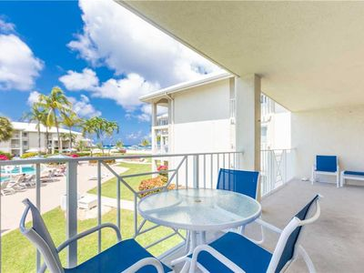 Nicely-decorated beachy unit with a great view of the ocean on Seven Mile Beach!
