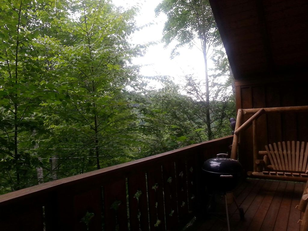 Large luxury cabin located close to downtown gatlinburg for Large cabins in pigeon forge tennessee