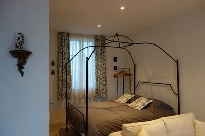 Canopy four-poster bed 160x200 centimeters (63x79 inches). Quality bed linen.