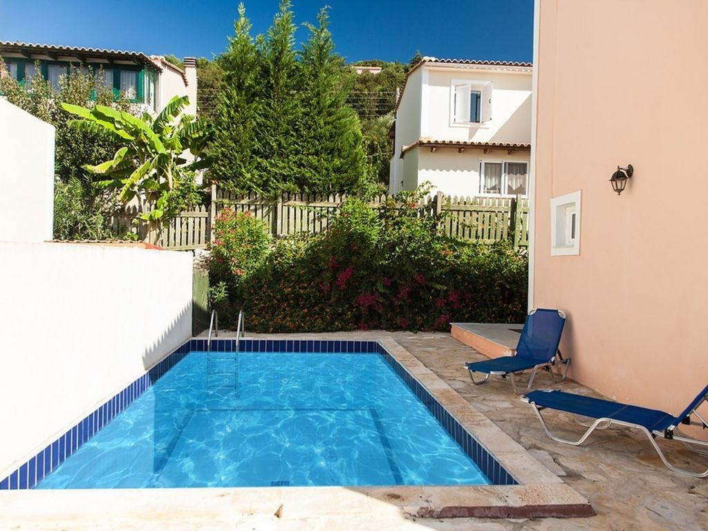Villa sophia lovely 3 bedroom house with private swimming for Private swimming pool