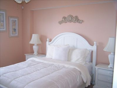 Spacious & Cozy Guest Bedroom!