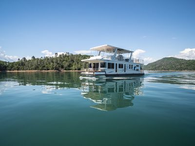 Shasta Marina's Thoroughbred Houseboat
