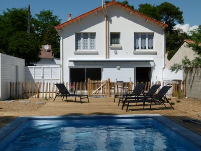 Photo for Family house with heated pool 350 m from the sea, Wifi