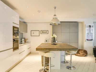 Photo for Luxury 2bed, 2bath loft-style flat in Covent Gdn