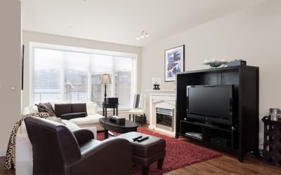 Large open living area with high end furniture and new tv with upgraded channel