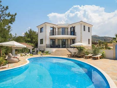 Photo for Spacious villa with modern appliances, a private pool and Wi-Fi