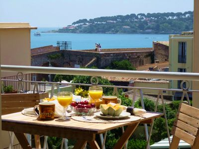 Balcony dining for 2 with a view!