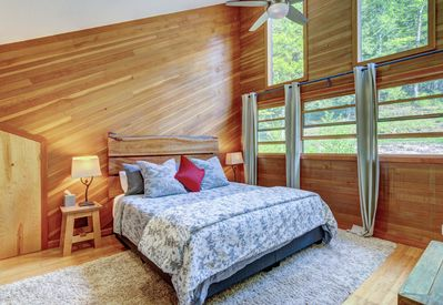 Stunning king master w/ensuite, forest view, lofted ceiling