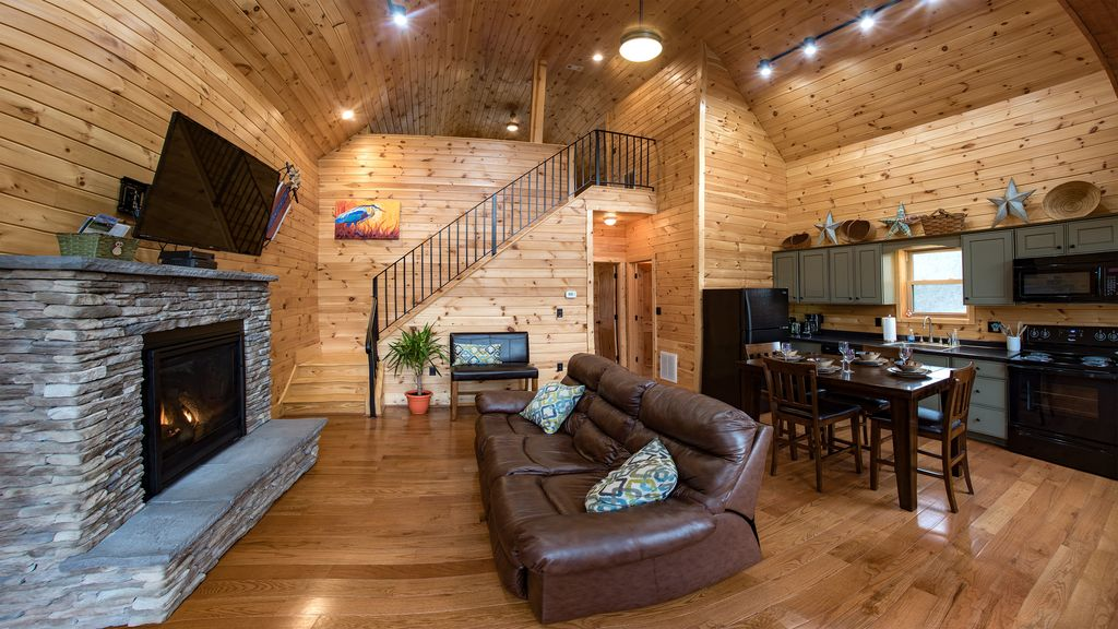 Romantic river front log cabin beautiful mountain views for Log cabins in shenandoah valley