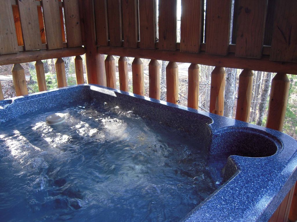 Lazy bear private log cabin with wi fi hot vrbo for Log cabin with hot tub one night stay