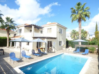 Beautiful 3 bedroom villa with private garden and pool, close to Coral Bay