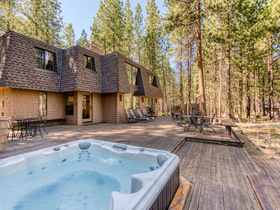 Dog-friendly cabin w/private hot tub, great deck & access to shared pool, sauna