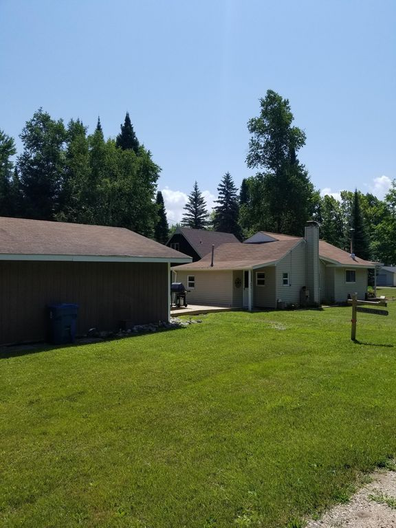 Charming all year round cottage in the North Shore area of Houghton Lake.