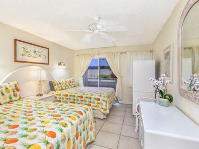 Plantation Hale Suites F8: Near shops, restaurants & beaches.AC in BR AND LR.