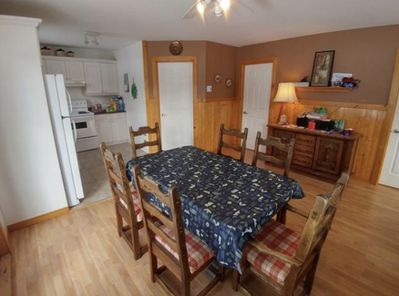 salle a manger et cuisine. laveuse a vaiselle inclut. Dining room and kitchen. dishwasher included.