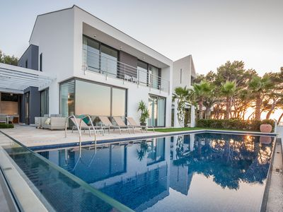 Photo for Luxury Villa at the sea front with infinite pool!